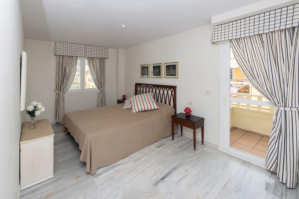 Dormitorio principal con balcon
