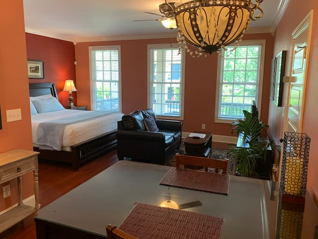 Private Red Suite/King Bed/Wetbar/Bath/5 min to DT