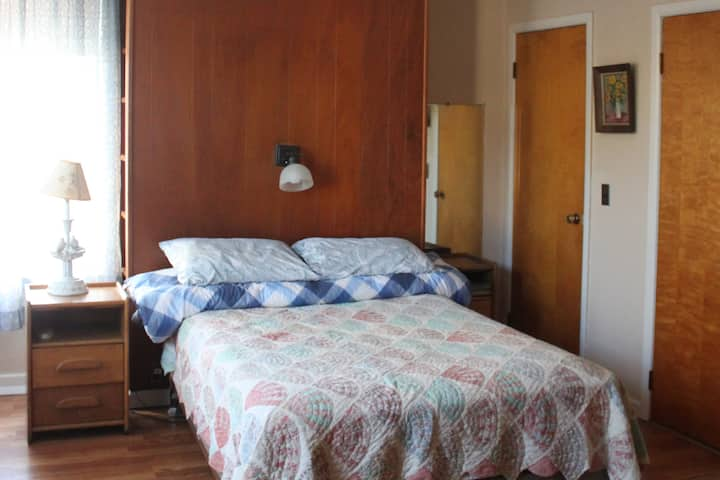 Lovely rooms in big home! Minutes from LaGuardia.