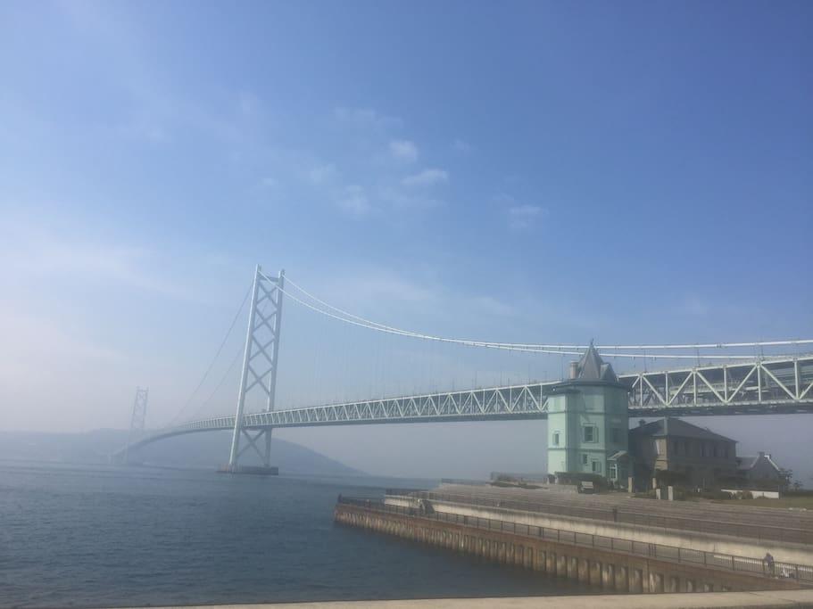 明石海峡大橋がすぐそばです。 The apartment is close to the Akashi Kaikyo Bridge.