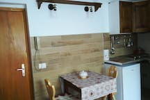Tavolo e angolo cottura