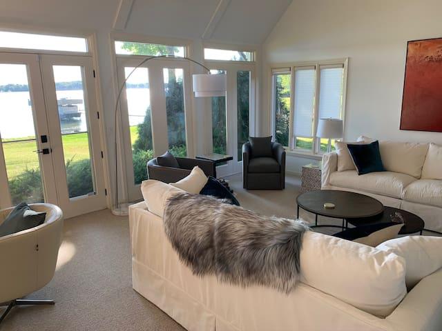 Comfy living room that seats 8 comfortably