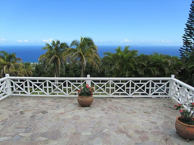 Sun Terrace House: Breathtaking Panoramic Views! - Charlestown