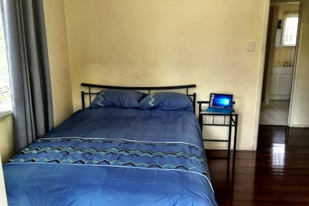 Cozy Queen Room, close to Airport, Superfast Wifi! - Ev