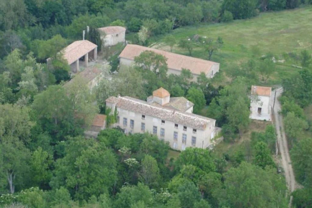 Vue aérienne du chateau , de sa façade historique Sud et de ses dépendances