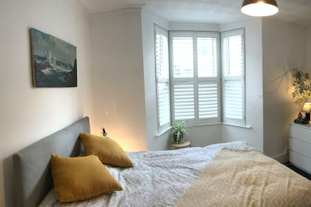 Cosy room in vibrant East Bristol neighbourhood