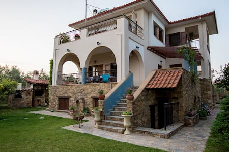 Rustic, luxurious, garden villa 70m from the sea.