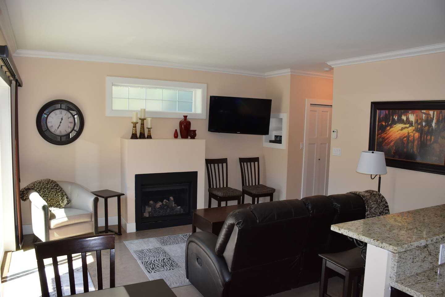 Cable TV, natural gas fireplace, comfortable lazyboy loveseat, heated floors in the bright living room.