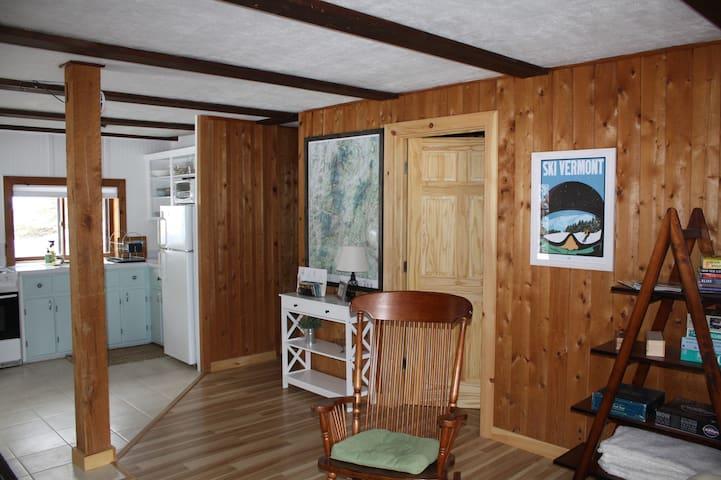 Quiet Cabin Apt. Convenient to Burlington & Stowe