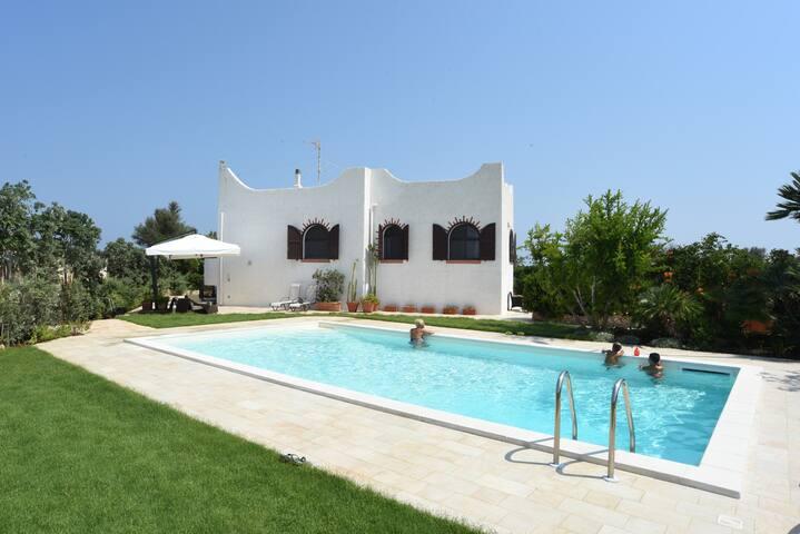 Villa set on the beach with pool - Bari - House