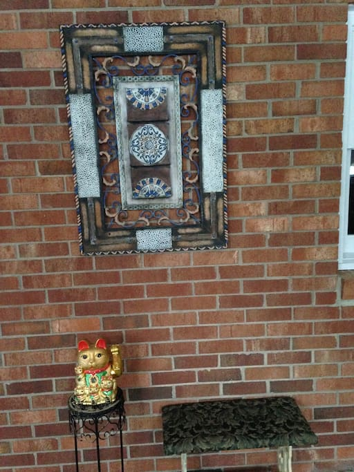 Outside the entry - a Lucky Cat.
