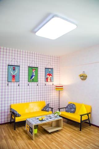 市中心投影甜美系网红同款两室一厅套房
