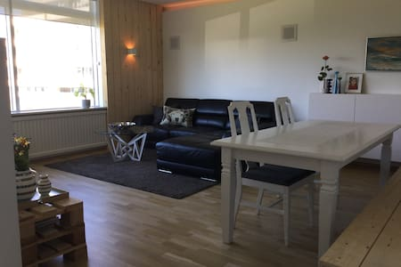 Private room in shared apartment with locals - Reykjavík - Wohnung