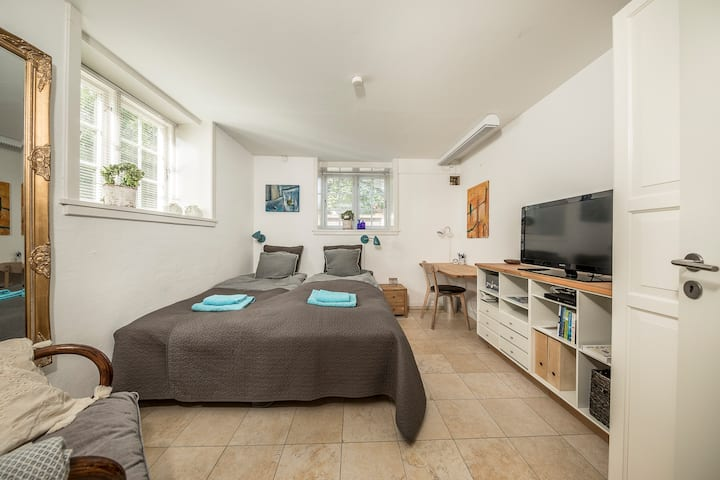 Private clean cozy room, own kitchen + bathroom