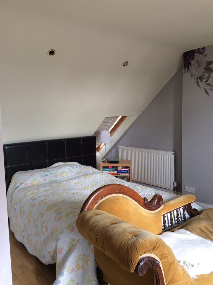 Upper Norwood en-suite attic room in family home