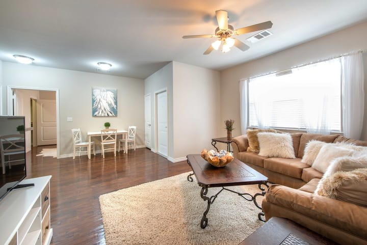 1BR luxury apt centrally located in Willow Park