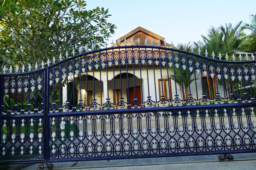 Front gate with automatic lock system.