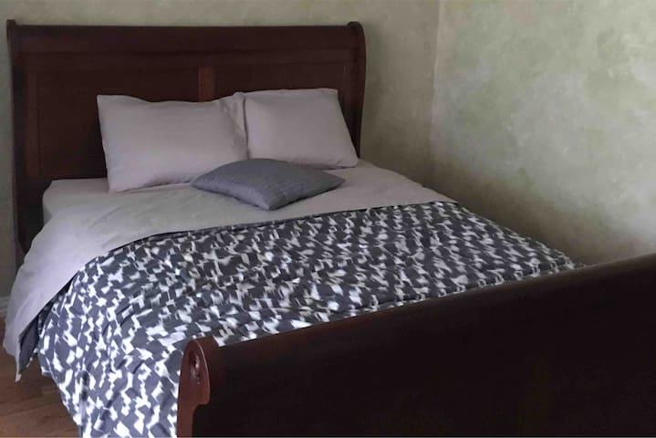 Private Bedroom with a Queen Bed, Central Plano!