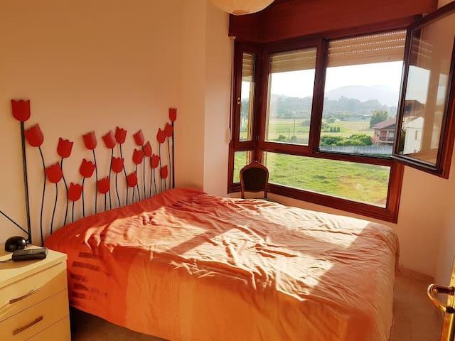 Habitación con cama de matrimonio y armarios