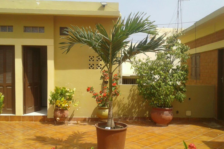 Chambre en terrasse, salle de bain privative, clim, télé, mini bar, wifi.