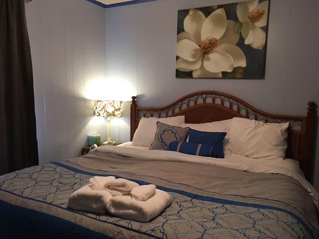 King Bed, Cozy Country 1950s Southern Cottage - Citronelle - Aamiaismajoitus