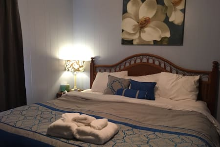 King bed,  Cozy Southern Cottage. - Citronelle