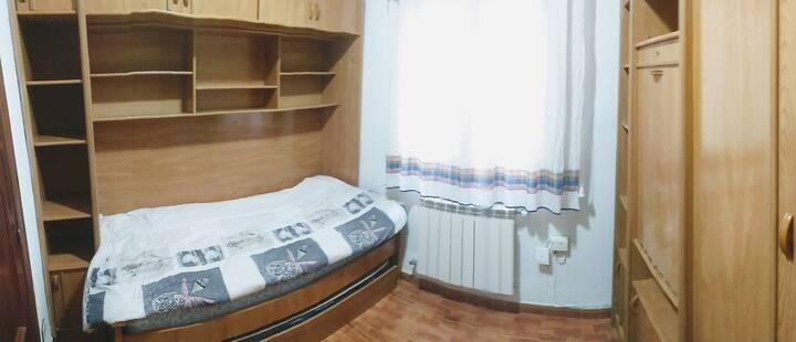 Habitación cómoda, en sector comercial y central!!