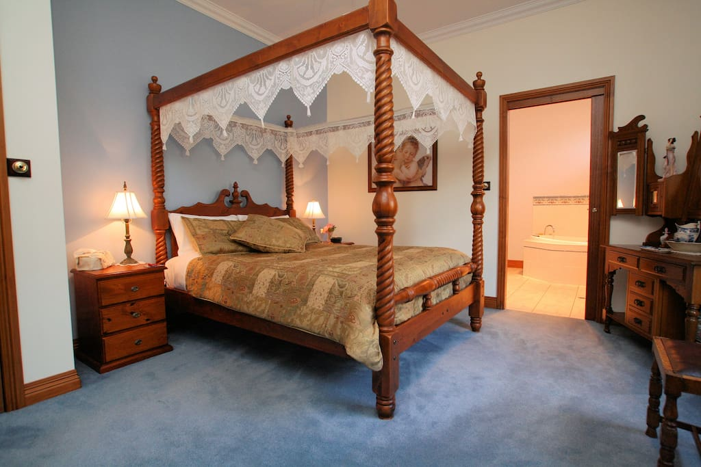 Main bedroom with dual access to spa bathroom