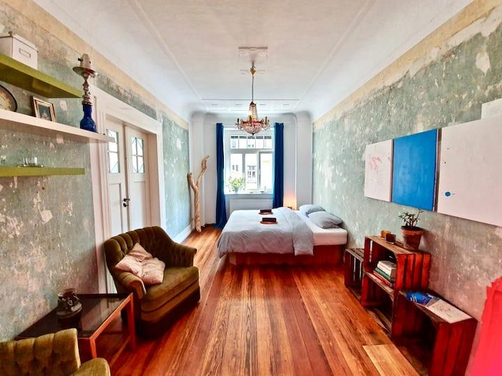 Zimmer in außergewöhnlichem und stilvollem Altbau