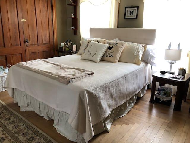 Hope's Room - Queen Bed in Historic Antique Inn