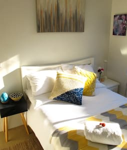 Sunny Peaceful 1br in Cozy Apt, close to CBD, WiFi - Summer Hill - Lakás