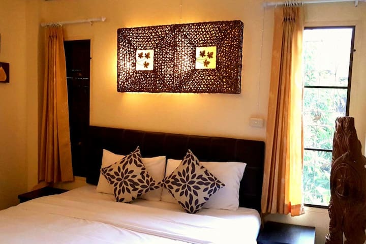 Rm 1: Private King Bed & Breakfast, Clean, Mae Rim