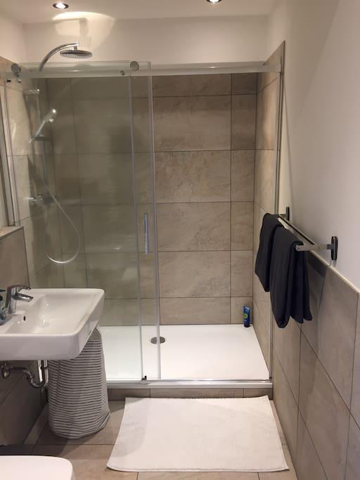 Das Badezimmer mit der riesigen Dusche ist ein Highlight der Wohnung.