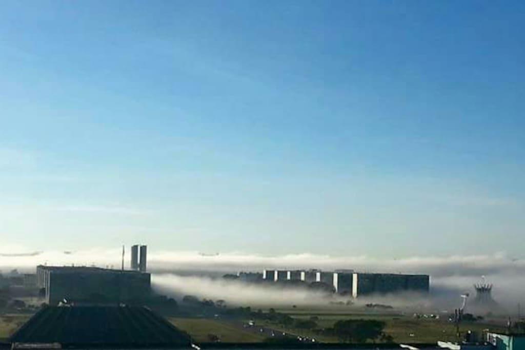 Vista do quarto ao amanhecer em dia de névoa
