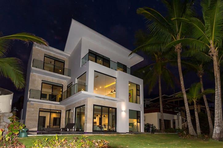 Contemporary Beachfront Villa-6 br w/ private pool