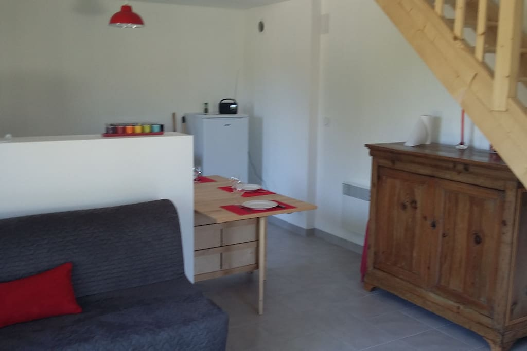 RDC :Canapé Convertible (BZ) et espace cuisine.