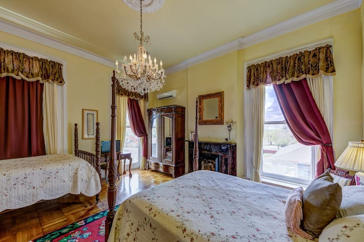 Cotton Room with 2 antique beds/shared bathroom