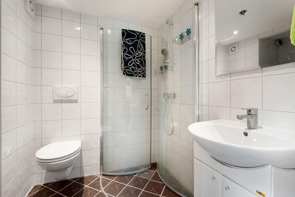 Bathroom with washingmachine.