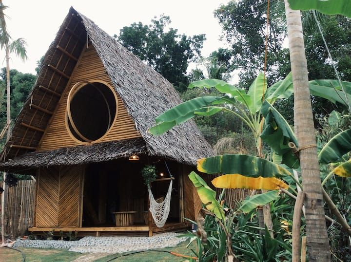 Private bamboo cabin & garden near enchanted river