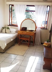 Bright, Single Room Near the Sea with WiFi! - Kaapstad - Appartement