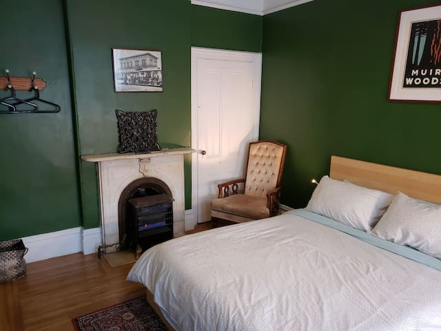 Private parlor bedroom in uptown Oakland!