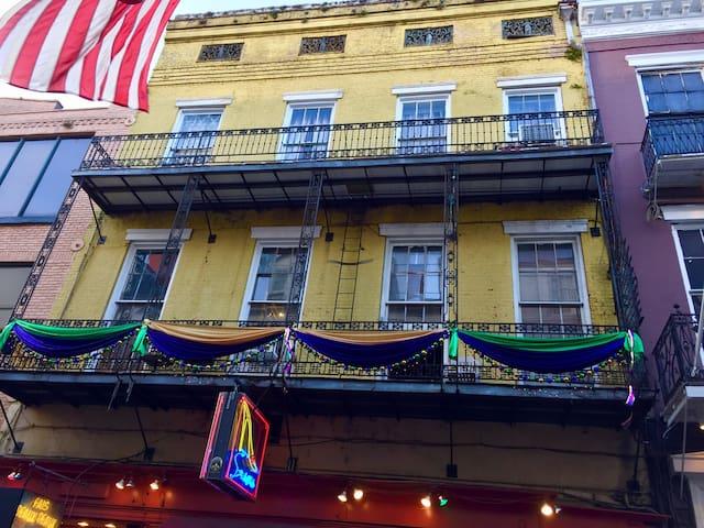 Exciting Bourbon Street Balcony Apt