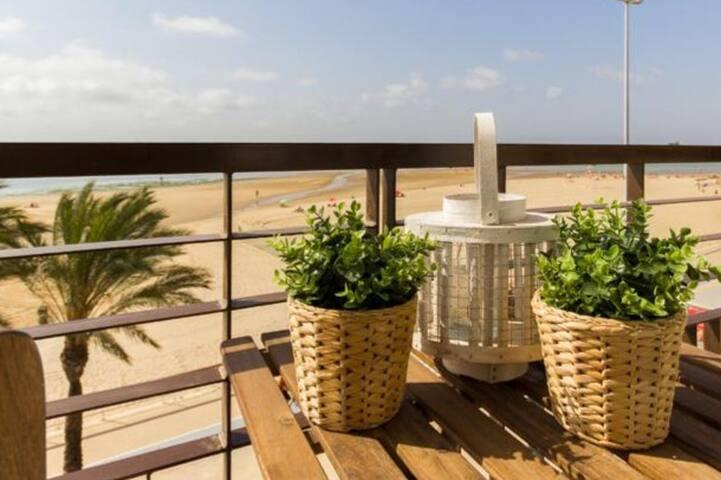 Apartamento con balcón en primera línea de playa