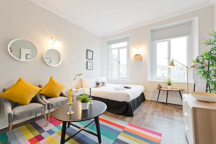 Studio 2nd floor + WIFI + TV @ O'Connell St!