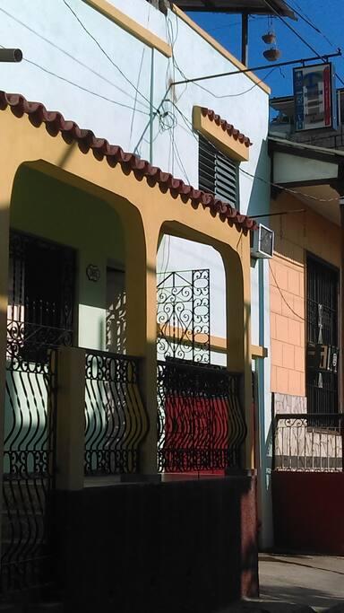 Entrada Principal a los Apartamentos, Casa de los Anfitriones.
