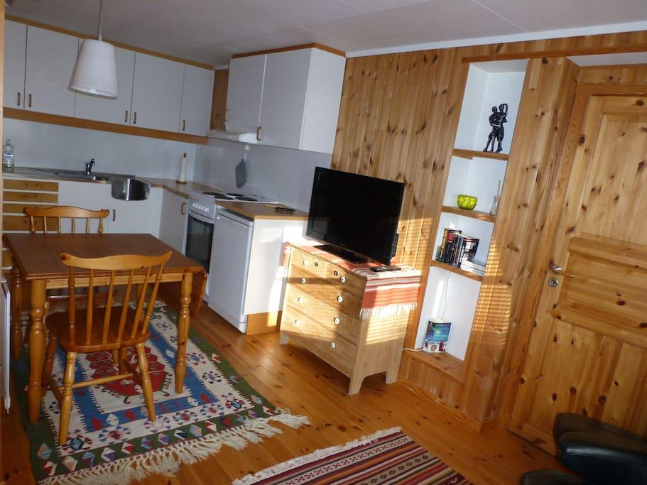 Kjøkken og spisebord. TV