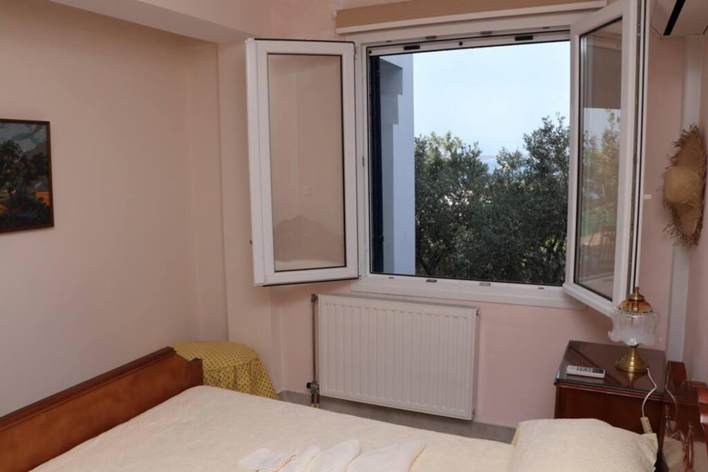 Θέα από το παράθυρο της κρεβατοκάμαρας