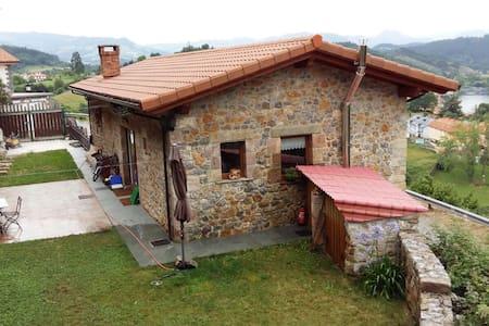 LA ULTIMA DE LA FILA - Limpias - House