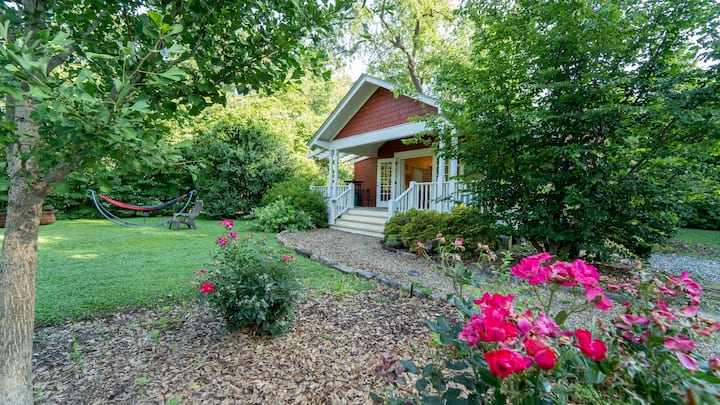 Deluxe Downtown Red Cottage Sleeps 4+ Brevard