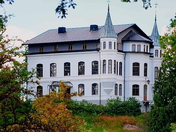 Hägerstads Slott - Lake Front Fairytale Castle